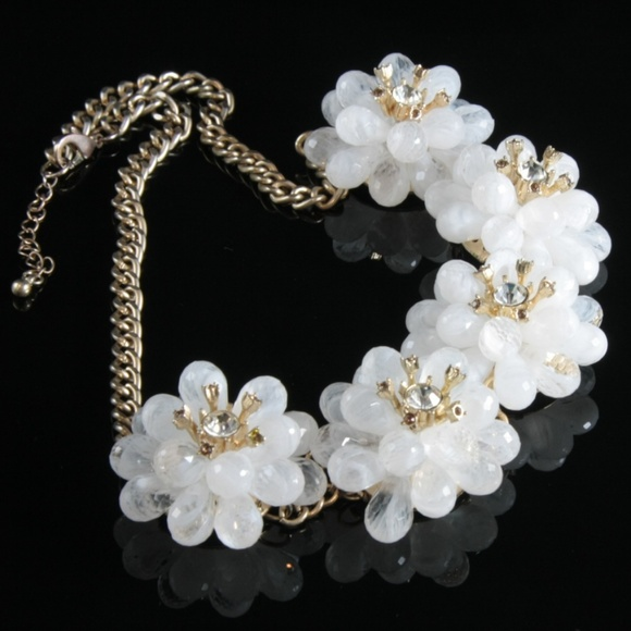 White flower statement necklace summer colors poshmark m5a89e33836b9debbfb1f9573 mightylinksfo